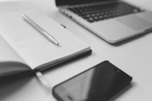 Telefon, notesblok og arbejdscomputer