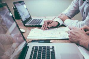Et hold dygtige medarbejdere sidder klar til at planlægge corporate communication